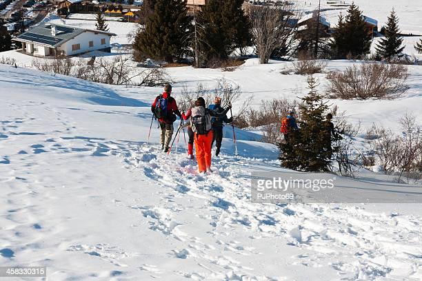 Seiser Alm (Dolomiten) – Gruppe von Personen mit Schneeschuhen