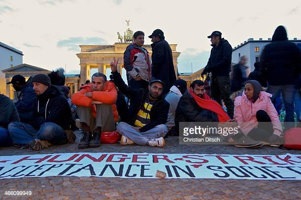 Seit Mittwoch den 9. Oktober 2013 befinden sich in Berlin etwa 2 dutzend Flüchtlinge vor dem Brandenburger Tor erneut im Hungerstreik. Die...