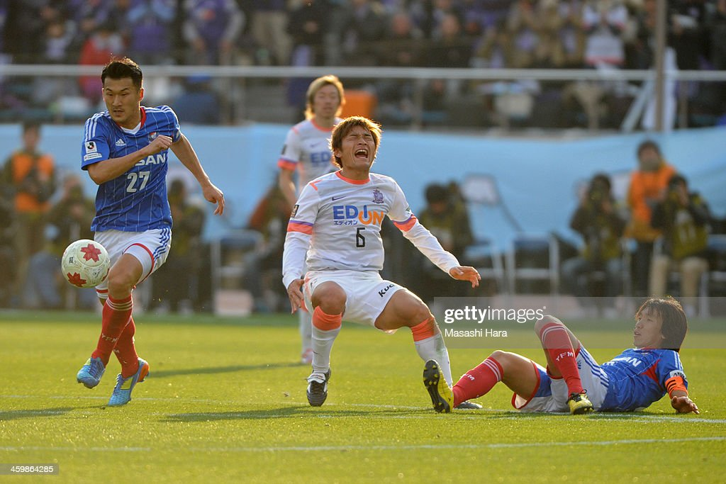 Seitaro Tomizawa #27 of Yokohama F.Marinos (L) and Toshihiro Aoyama #6 of Sanfrecce Hiroshima (2L),Shunsuke Nakamura #25 compete for the ball during the 93rd Emperor's Cup final between Yokohama F.Marinos and Sanfrecce Hiroshima at the National Stadium on January 1, 2014 in Tokyo, Japan.