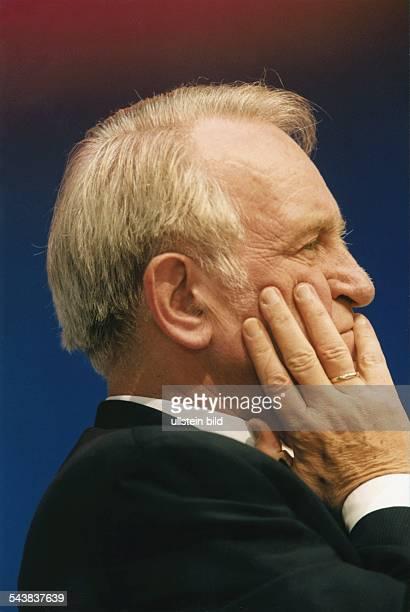 Seitenansicht von Johannes Rau mit Hand an der Wange auf dem SPDSonderparteitag in Bonn am 251098