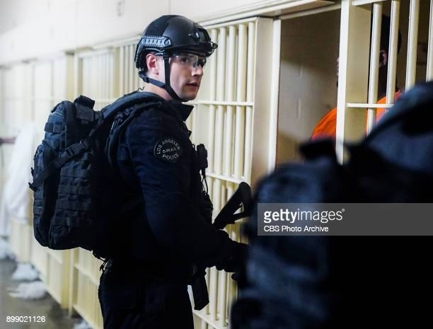 'Seizure' As the SWAT team goes inside a prison riot to rescue civilian hostages Hondo suspects the inmates have an ulterior motive behind the...