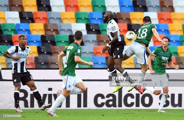 Seko Fofana of Udinese Calcio competes for the ball with Ruslan Malinovskyi of Atalanta BC during the Serie A match between Udinese Calcio and...