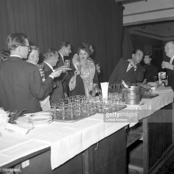 Sektempfang nach der Wahl zur Miss Germany 1953 / 54 in der Ernst-Maerck-Halle in Hamburg, 1953.