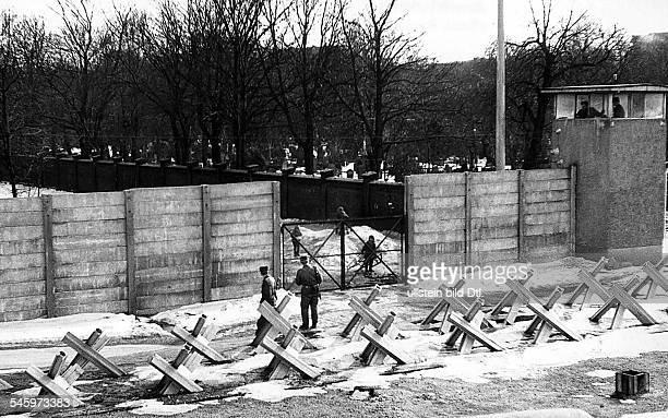 Sektorengrenze an der Bernauer/EckeAckerstrasse im Bezirk Wedding Blick über die Mauer auf den Friedhofder ElisabethHimmelfahrt...