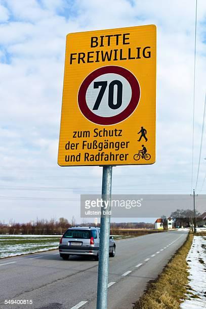 Selbstgemachtes Verkehrsschild für freiwilliges Tempolimit. Zum Schutz der Radfahrer und Fussgänger