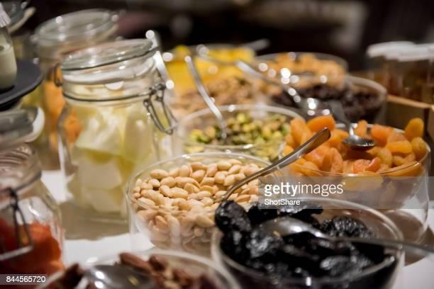 Selección de frutos secos en frascos