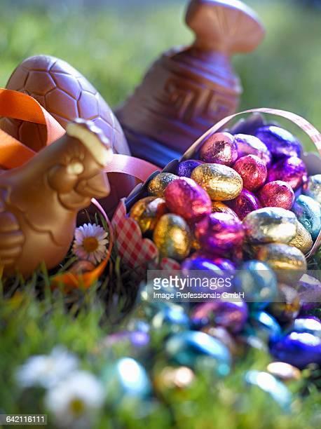 selection of easter chocolates - cloche de paques photos et images de collection