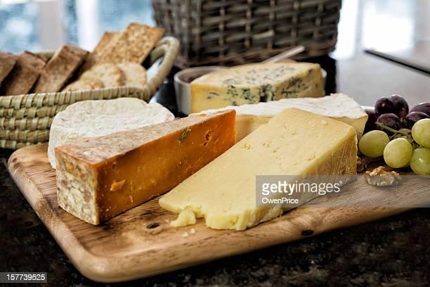 Auswahl an englische und französische Käse auf rustikalen Bord