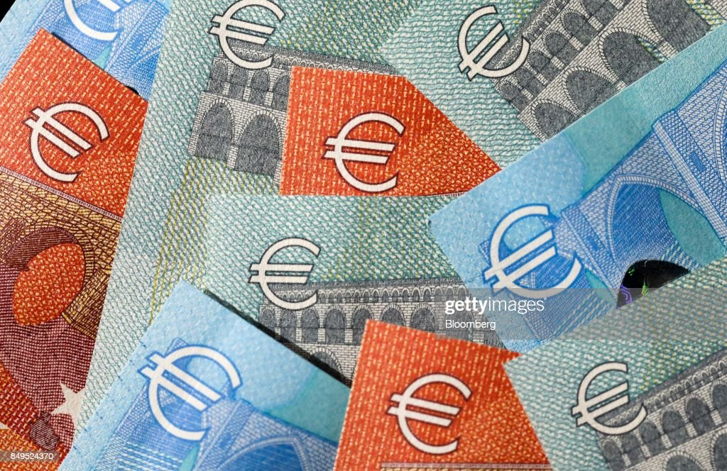 Euro Notes As Currency Headed For Fourth Daily Advance : News Photo