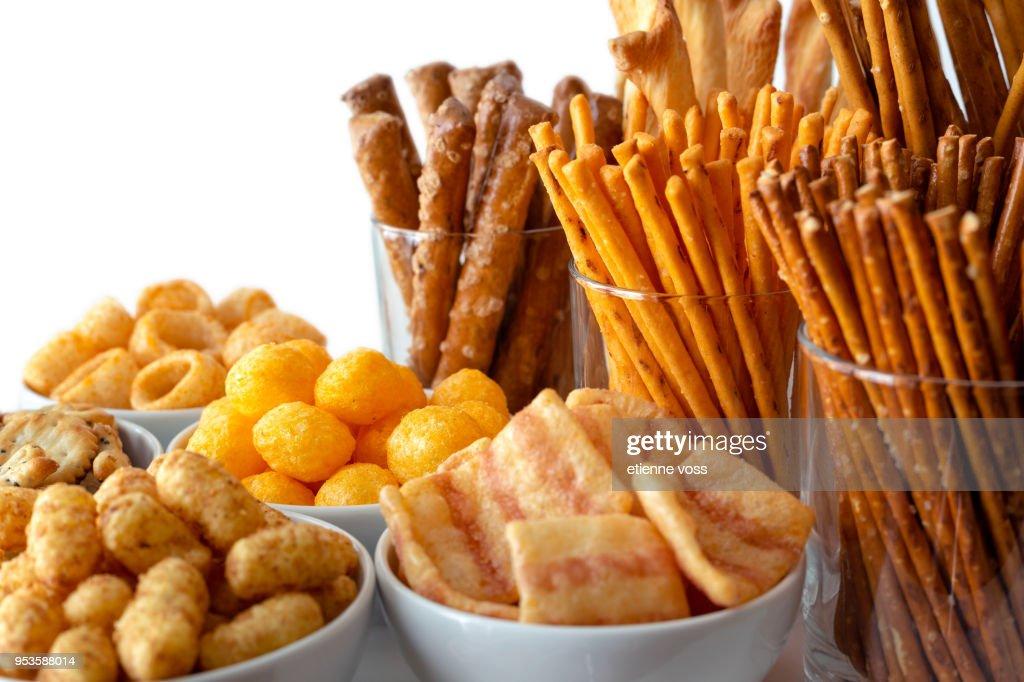 白いセラミック皿とグラスのおいしいスナックの多くの種類の選択。 : ストックフォト