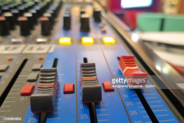 selective focus of analogic sound mixer. audio controller radio. working with technology. - gol di pareggio foto e immagini stock