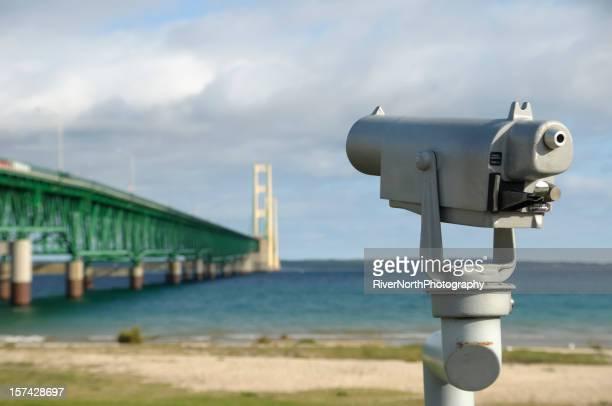 Enfocado de forma selectiva telescopio y puente Mackinac