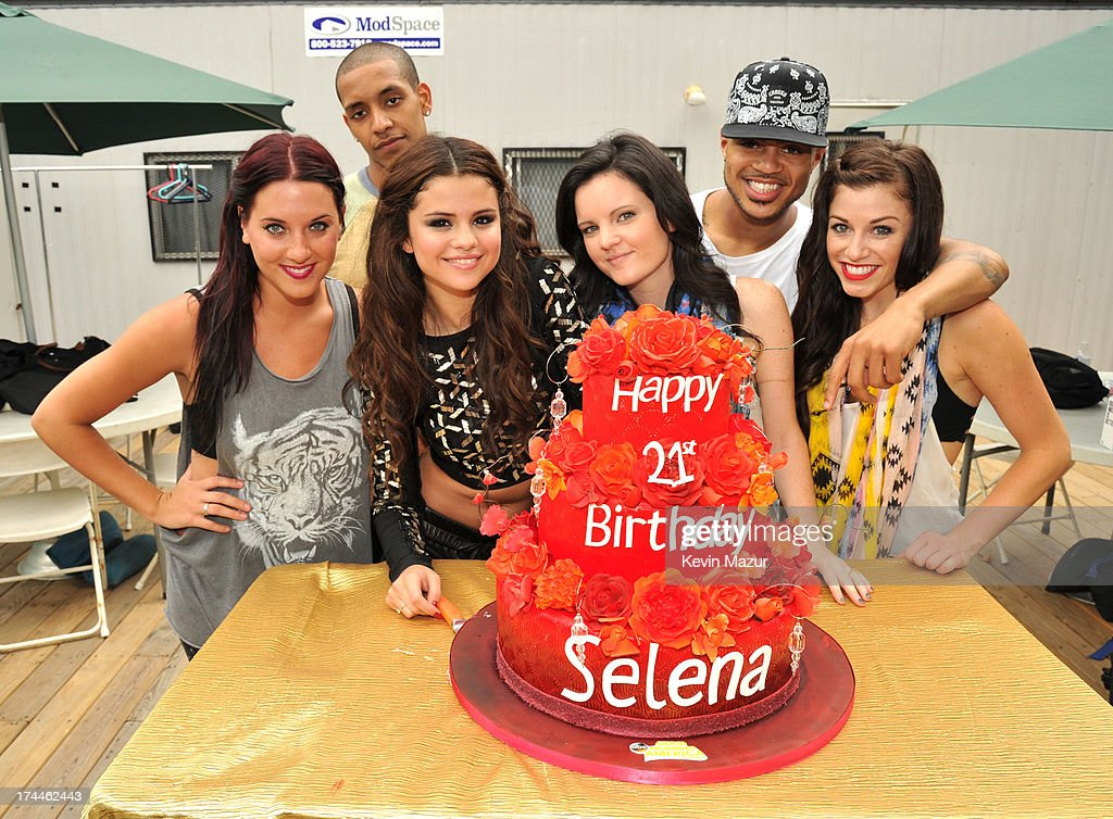 Terrific Selena Gomez And Her Dancers Backstage After Her Performance On Funny Birthday Cards Online Inifodamsfinfo