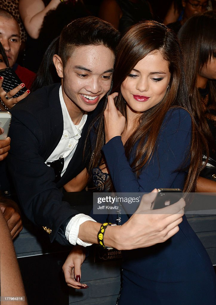 Selena Gomez (R) attends the 2013 MTV Video Music Awards at the Barclays Center on August 25, 2013 in the Brooklyn borough of New York City.