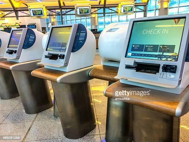 self check-in kiosks at atlanta airport - hartsfield jackson atlanta international airport stock pictures, royalty-free photos & images
