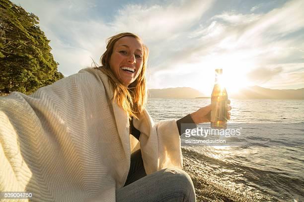 Selbstparken Porträt von Mädchen mit einem Bier am See
