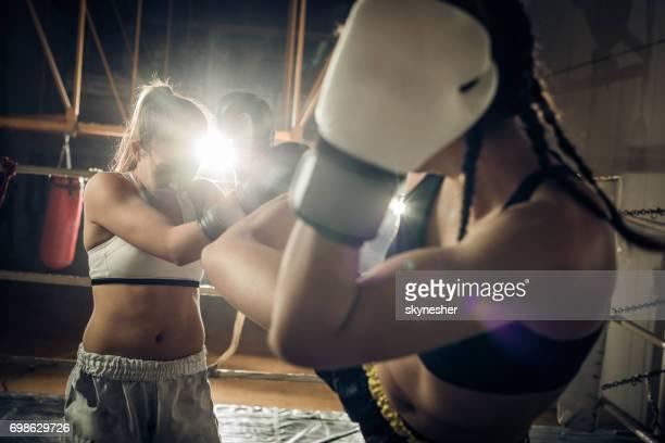 Self-défense sur un match de kickboxing dans un club de santé!