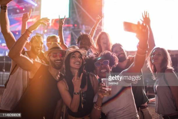 selfie beim sommerfest - music festival stock-fotos und bilder