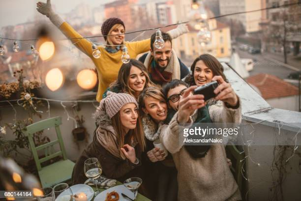 selfie auf der terrasse-party - besonderes lebensereignis stock-fotos und bilder