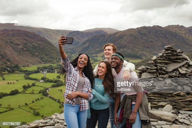 een selfie op de top van de berg - lake district stockfoto's en -beelden