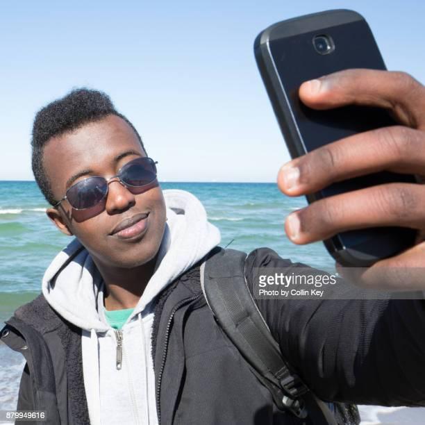 selfie eines flüchtlings aus somalia - collin key stock-fotos und bilder