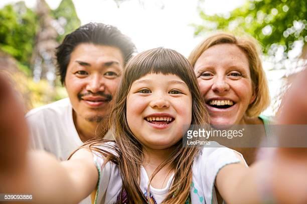 Selfie! Famille heureuse à Kyoto, Japon