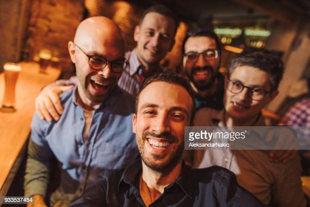 selfie in een pub met mijn vrienden - balkan stockfoto's en -beelden