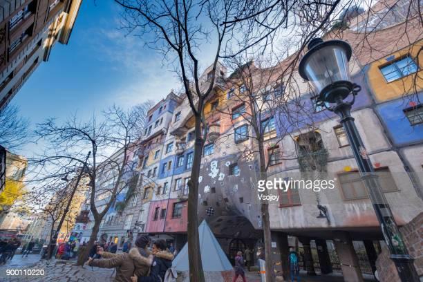 selfie in front of the hundertwasser house, vienna, austria - vsojoy stockfoto's en -beelden