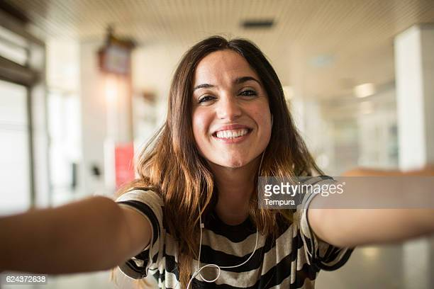 selfie in the airport's departing lounge. - gente común y corriente fotografías e imágenes de stock
