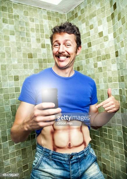 Selfie im Badezimmer mit falschen Muskeln