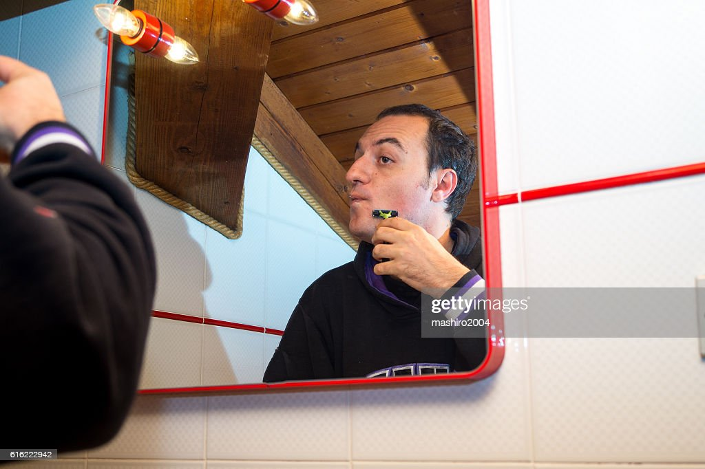 selfie in the mirror while i shave beard : Foto stock