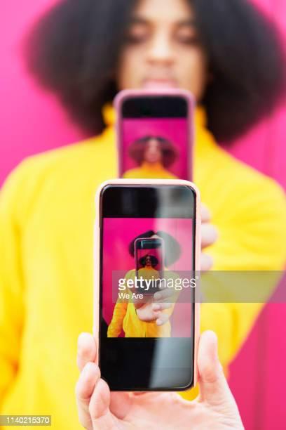 selfie obsession - génération z photos et images de collection