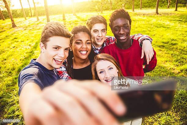 Selfie d'un groupe de multi ethnique des adolescents
