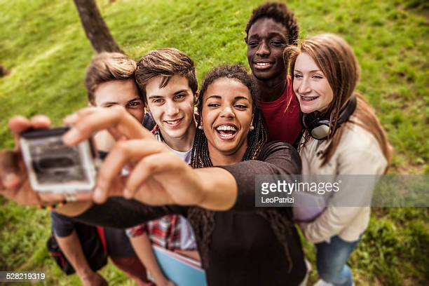 Autofoto de un grupo de jóvenes multi étnica