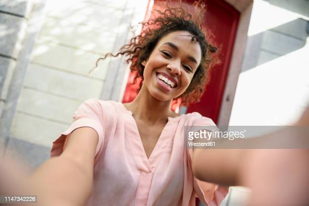 selfie of a happy young woman in the city - subjektive kamera ungewöhnliche ansicht stock-fotos und bilder