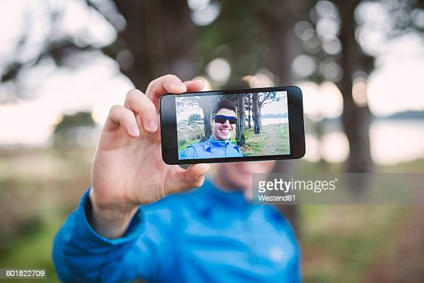 selfie of a runner on the display of a smartphone - fotohandy stock-fotos und bilder