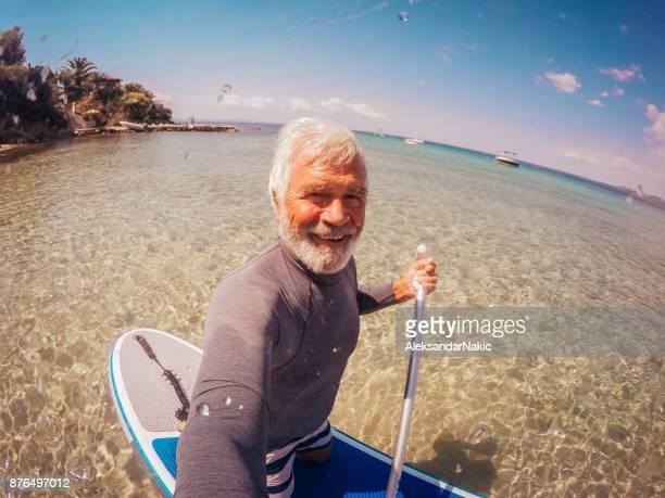 Selfie eines älteren Mannes Paddle Board zu befreien