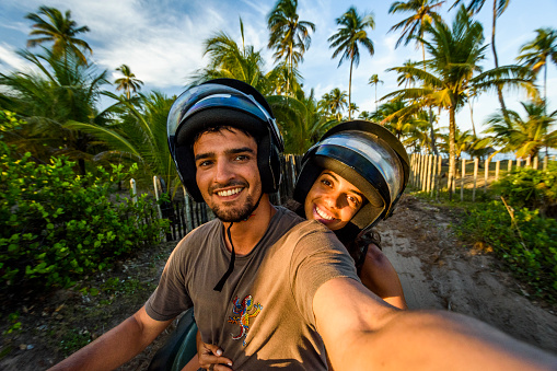 Selfie of couple riding four-wheeler in Taipu de Fora beach, South Bahia near Barra Grande, Brazil - gettyimageskorea