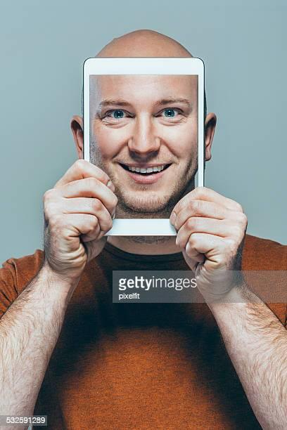 Selfie d'un homme avec Tablette numérique