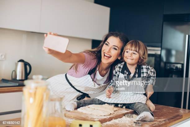 Selfie van mij en moeder maken van cookies