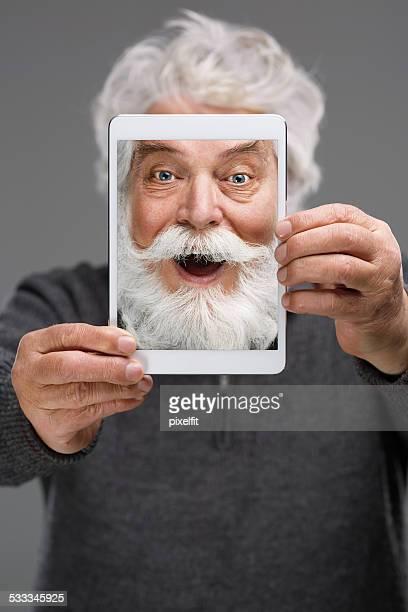 Selfie d'homme senior souriant avec barbe et de la moustache