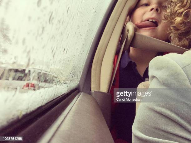selfie portrait of mom and son driving in a car - naughty america - fotografias e filmes do acervo