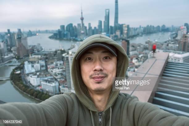 selfie portrait on rooftop shanghai china - solo un uomo di età media foto e immagini stock