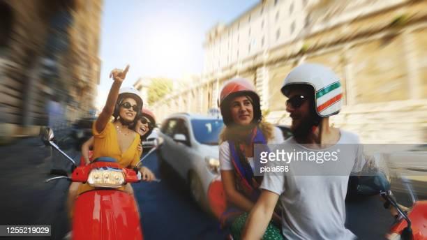 pov自分撮りスクーターに乗って:ローマの中心部でバイクの友人 - のりものに乗る ストックフォトと画像