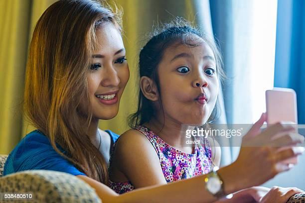 Selfie autoportrait pour asiatique mère et fille