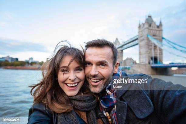 scatto selfie di coppia felice a londra - izusek foto e immagini stock