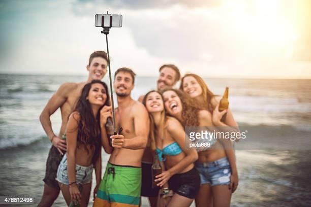 Bras télescopique pour smartphone au bord de la mer