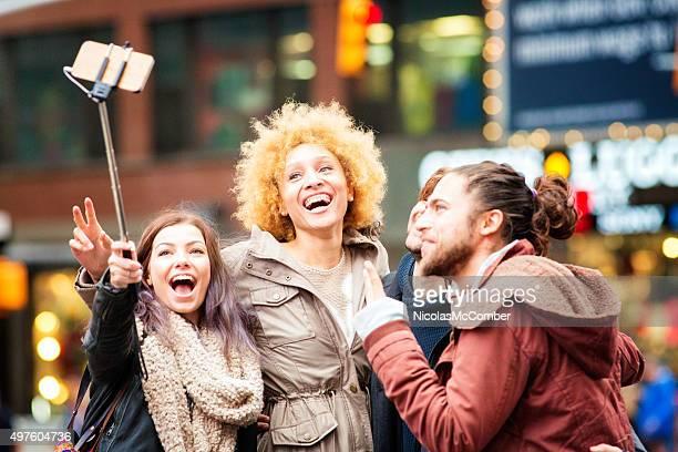 セルフィースティックグループ楽しいマンハッタンのダウンタウンのタイムズスクエア