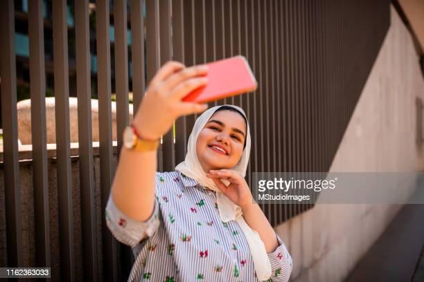 temps de selfie - chubby arab photos et images de collection