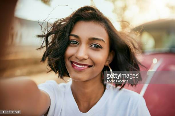 temps de selfie - femme indienne photos et images de collection